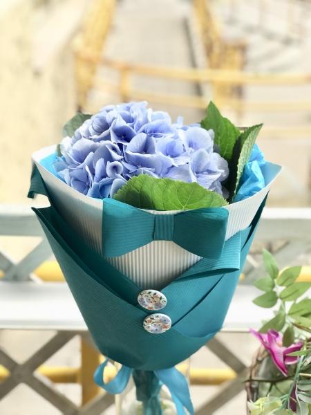 Букет с голубой гортензией «в костюме»