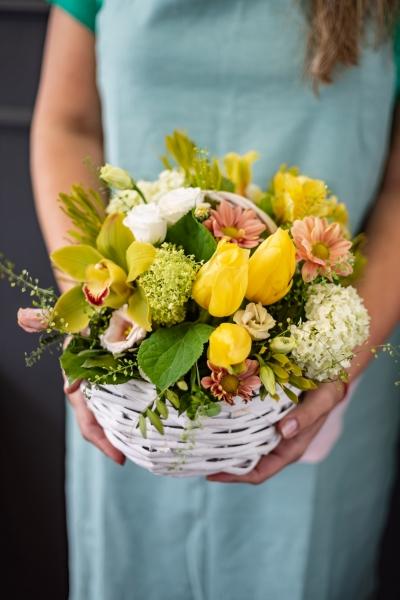 Весенняя Корзинка из тюльпанов,вибирнума и зелени