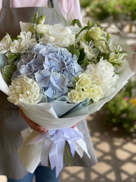 Букет с гортензий, альтромерией, кустовыми розами