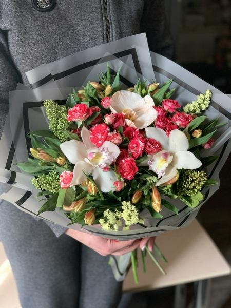 Букет с орхидеями, Розами и скимией