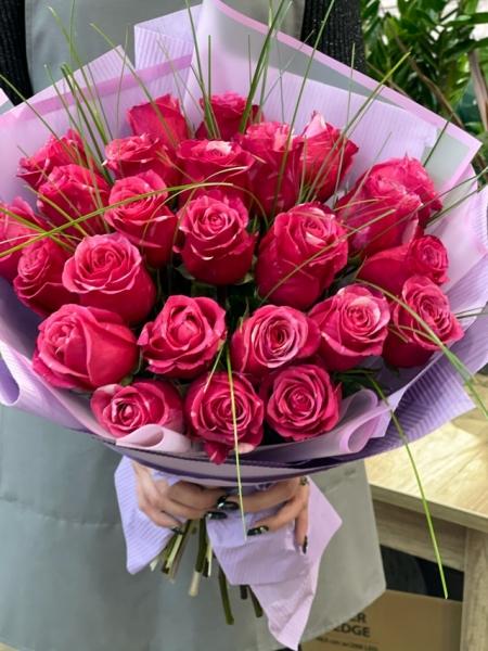 25 ярких роз с весенней зеленью