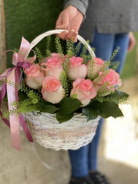 Корзинка с розовыми розами и зеленью