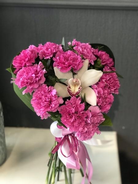 Букет-сердце из малиновой гвоздики и орхидеи