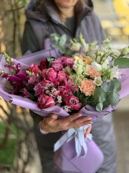 Сборный букет микс из эустомы, кустовых роз, диантуса, неринэ, антиринума