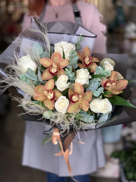 Букет из орхидеи, роз и эвкалипта