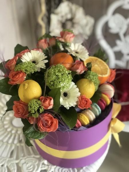 Композиция из цветов, фруктов и макарун