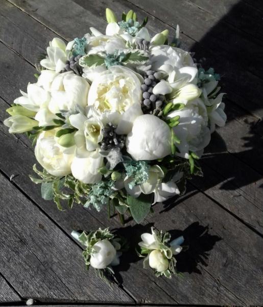Свадебный букет из белых пионов