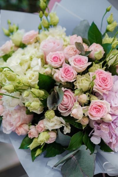 Букет с гортензией, кустовыми розами, эустомой