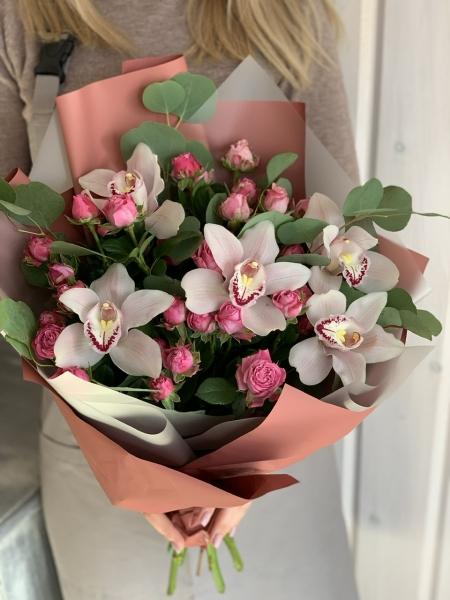 Букет с кустовыми Розами и орхидеями