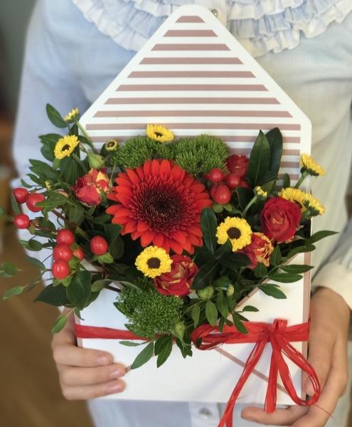 букет-конверт с герберой и хризантемой сантини