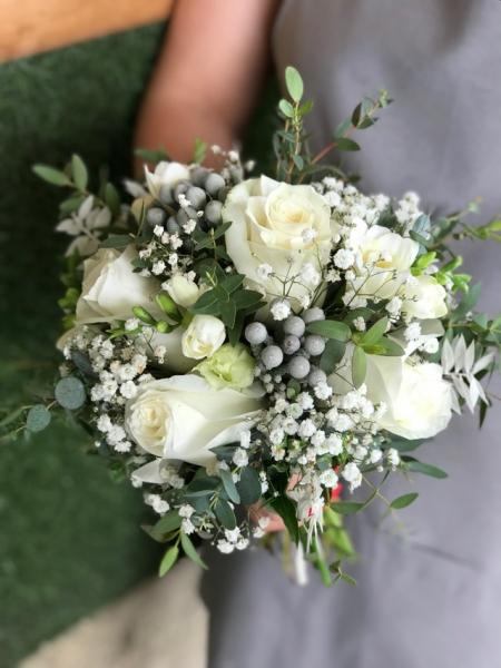 Свадебный букет с розами и брунией